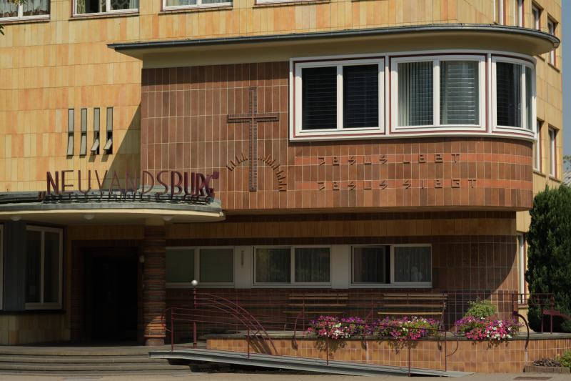 Diakonissen-Mutterhaus Neuvandsburg, Elbingerode: Eingang zum Mutterhaus mit Büro der Oberin darüber