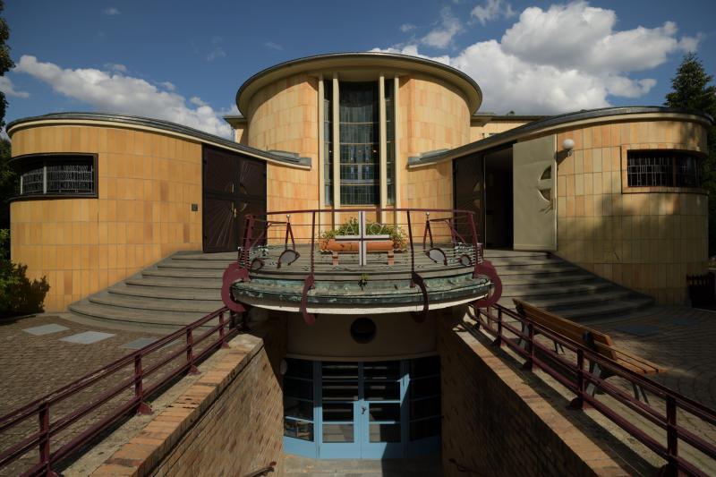 Diakonissen-Mutterhaus Neuvandsburg, Elbingerode: Die Mitte bildet das Altarfenster des Kirchsaales. Rechts und links befinden sich die Eingangstüren. Unter dem Balkon befindet sich der Eingang in das  Schwimmbad. Es wurde, wahrscheinlich ziemlich einmalig, unter dem Kirchsaal angeordnet.
