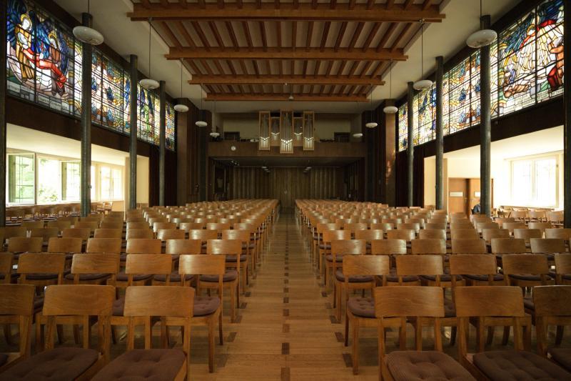 Diakonissen-Mutterhaus Neuvandsburg, Elbingerode: Kirchsaal Blick zur Orgel. Darunter eine Schiebewand, die den Kirchsaal um den Wintergarten erweitert.