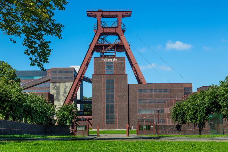 Zeche Zollverein, Essen: Das 55 Meter hohe Doppelbock-Fördergerüst ist das Wahrzeichen des UNESCO-Welterbes Zollverein, der Stadt Essen und des gesamten Ruhrgebiets.