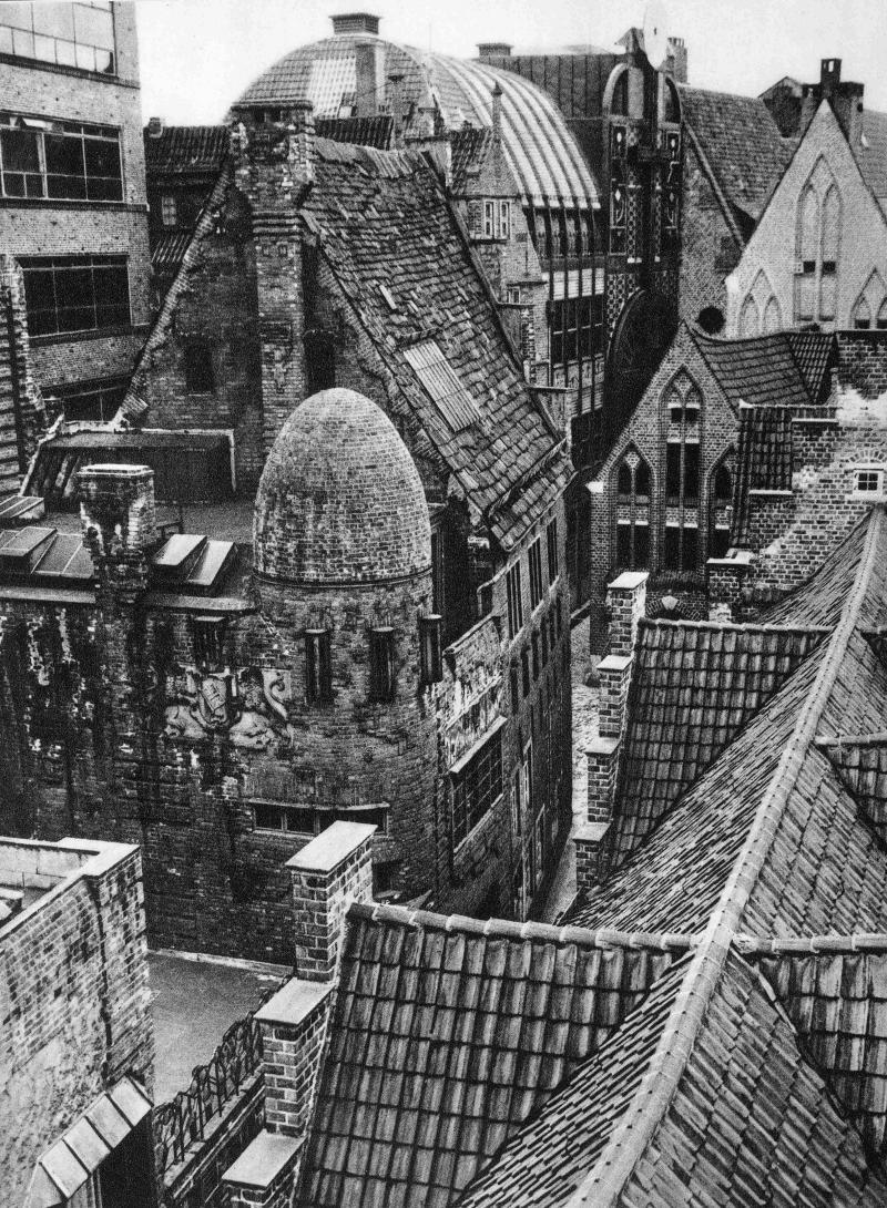 Böttcherstrasse, Bremen: Links im Vordergrund das Paula-Becker-Modersohn-Haus von Bernhard Hoetger (1927), rechts im Mittel- und Hintergrund die Backsteingiebel des Haus St. Petrus von Runge & Scotland (1923-26) und des Robinson-Crusoe-Haus von Ludwig Roselius und Karl von Weihe (1930-31); mittig im Hintergrund das Haus Atlantis (Hoetger 1929-31) mit seiner Stahlkonstruktion und dem parabelförmigen Dach des Himmelssaals.