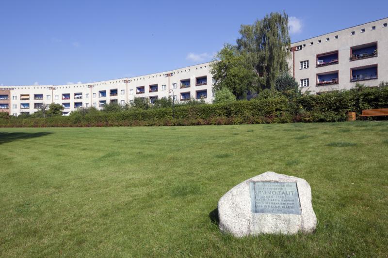 Hufeisensiedlung, Berlin: Gedenkstein für den Architekten Bruno Taut in der Hufeisensiedlung.