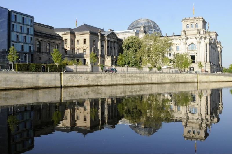 Blick über die Spree zum Reichstagsgebäude. Im Vordergrund das Jakob-Kaiser-Haus und das ehemalige Reichstagspräsidentenpalais, 2011.