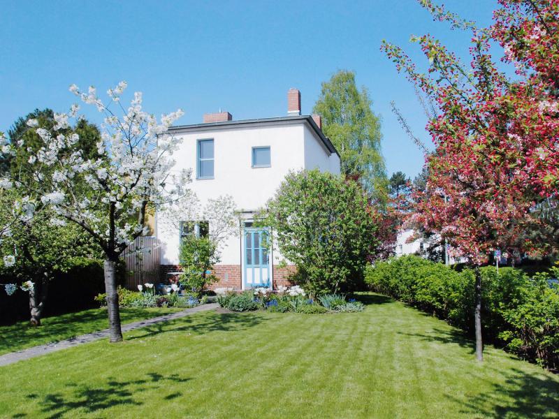 Berlin, Tautes Heim: Nach historischen Plänen wiederhergestellter Garten mit blühenden Obstbäumen, Mai 2012