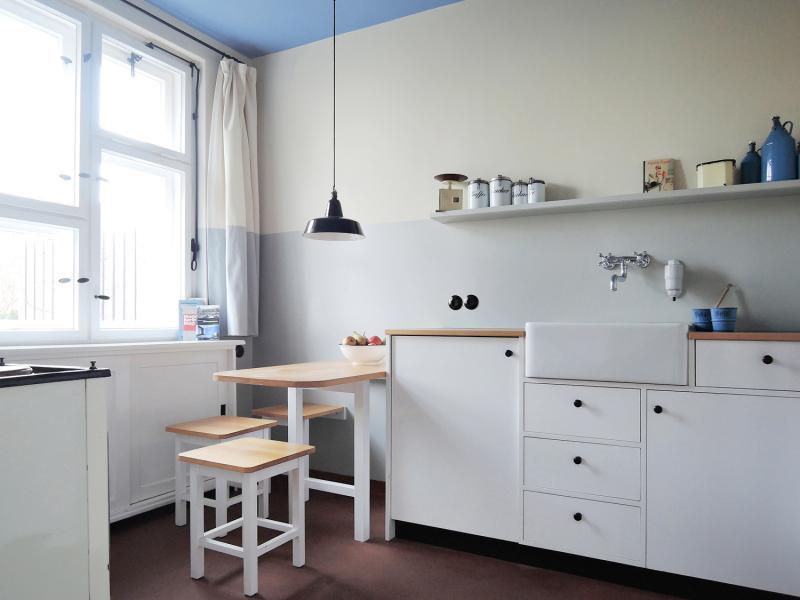 """Berlin, Tautes Heim: Küche mit einer Replik der für die Siedlung """"Onkel Toms Hütte"""" entwickelten GEHAG-Küche"""