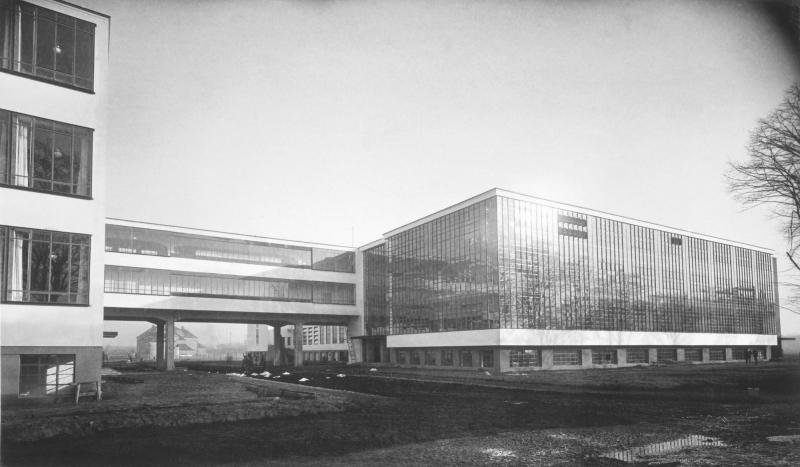 Abb. 3 Das Bauhausgebäude in Dessau von Nordwesten, Architektur: Walter Gropius, Foto: Lucia Moholy, 1926.