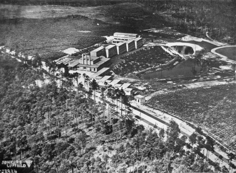 Trade Union School of ADGB, Bernau near Berlin, architecture: Hannes Meyer, draft: Hans Wittwer and the building department of the Bauhaus Dessau, 1930, photo: Junkers Luftbild.