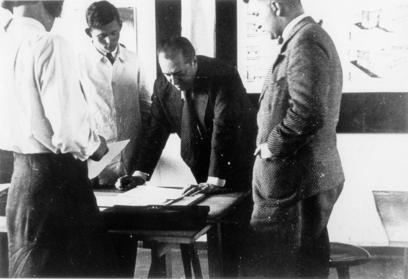 Class at the Bauhaus in Dessau: Ludwig Mies van der Rohe with Students (from left to right: Annemarie Wilke, Heinrich Neuy, Mies van der Rohe, Hermann Klumpp), Photo: Pius Pahl, 1930/31.
