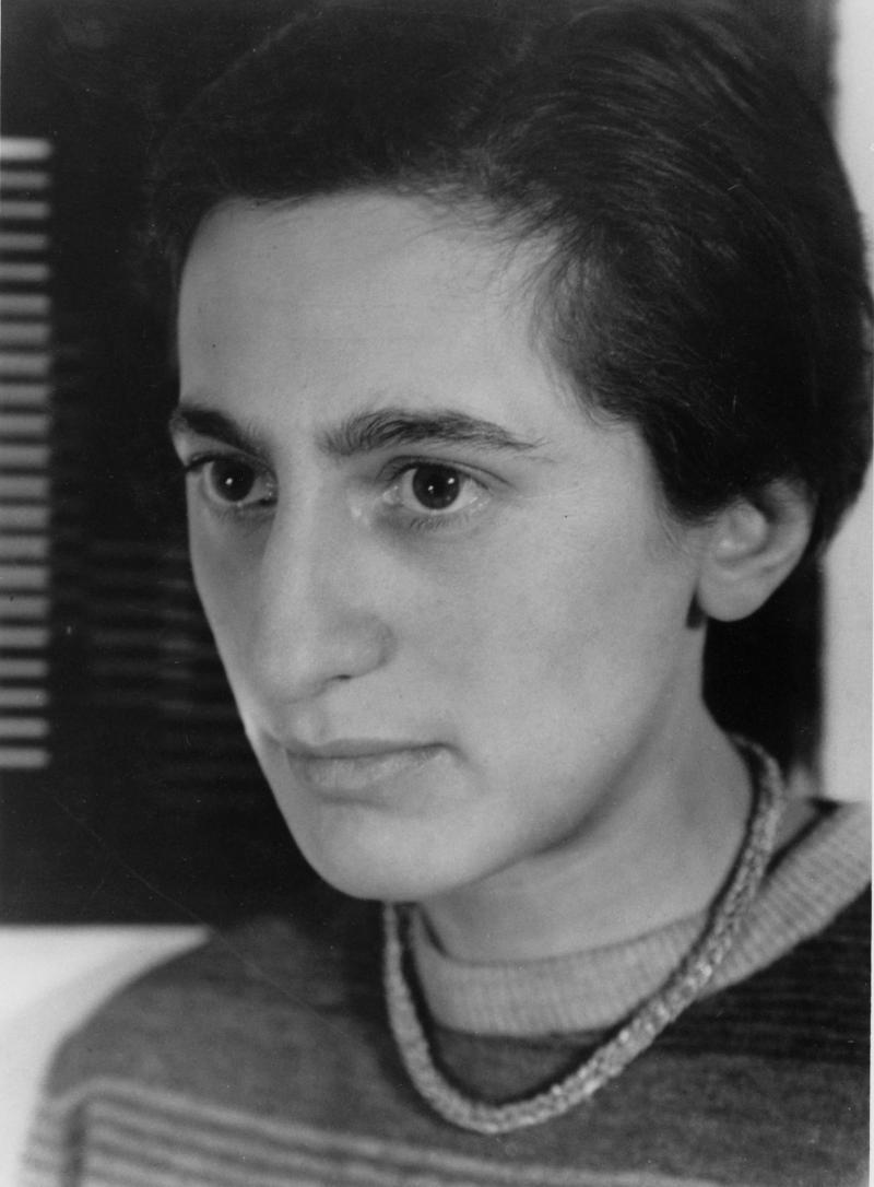 Portrait of Anni Albers, photo: Umbo (Otto Umbehr), 1929.