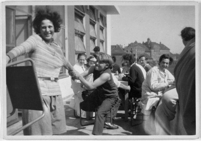 Karla Grosch und Studierende auf der Terrasse vor der Kantine, mit Hockern von Marcel Breuer, Foto: unbekannt, um 1929.
