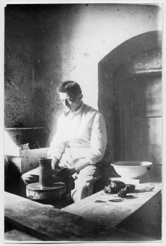 Otto Lindig in der Dornburger Keramikwerkstatt, Foto: unbekannt, 1926.