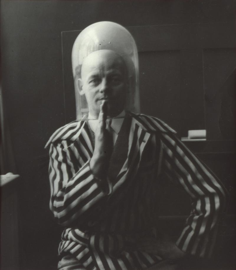 """Oskar Schlemmer in einer Selbstinszenierung für die Mappe """"9 jahre bauhaus. eine chronik"""" (Abschiedsgeschenk der Bauhäusler für Walter Gropius), Foto: unbekannt, um 1928."""