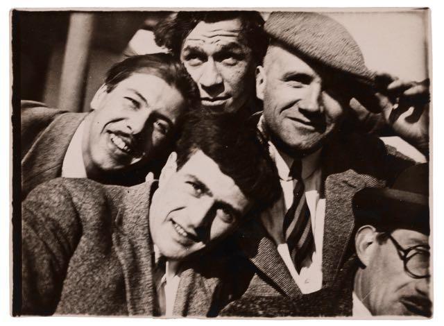 Gruppenporträt (von links im Uhrzeigersinn: Herbert Bayer, Xanti Schawinsky, Heinrich Koch, Andor Weininger, Werner Jackson), Foto: T. Lux Feininger, 1926–28.