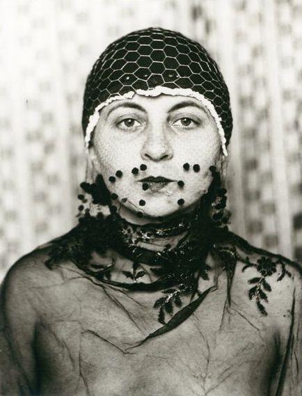 Maskenporträt No. 13, Dessau, Foto: Gertrud Arndt, 1930.