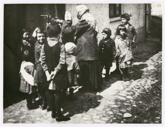 Kindergruppe, Foto: Irena Blühová, 1929.