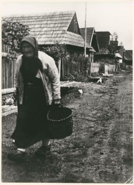 Alte Frau im Dorf, Foto: Irena Blühová, 1930.