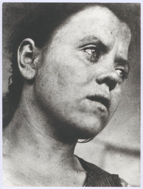 """Bedienerin am Bauhaus"", Foto: Irena Blühová, 1931/32, Reproduktion."