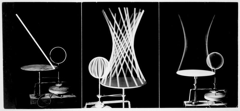 Von Gerade und Kreis (Stab und Ring) zu Hyperboloid und Kugel. Drei Fotografien einer Versuchsreihe aus dem Unterricht von Joost Schmidt, Konstruktion: Heinz Loew, Fotos: Edmund Collein, um 1930.