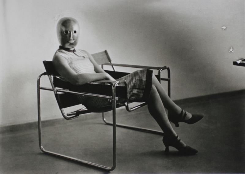Bauhaus-Szene (Lis Beyer oder Ise Gropius im Stahlrohrsessel von Marcel Breuer mit Maske von Oskar Schlemmer), Foto: Erich Consemüller, 1926.