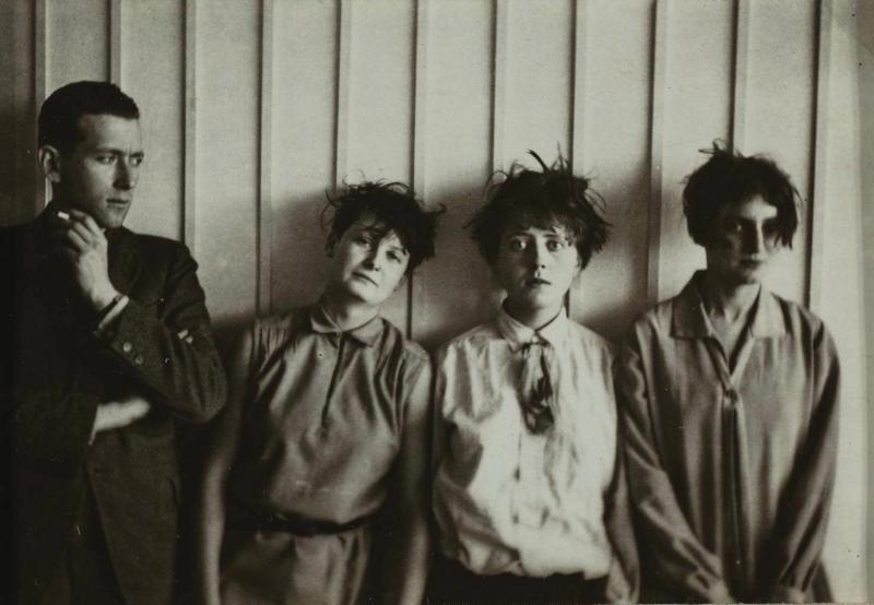 Marcel Breuer and his 'harem' (from left to right: Marta Erps-Breuer, Katt Both and Ruth Hollos-Consemüller), Photo: Erich Consemüller, around 1927.