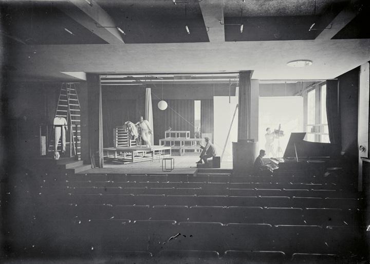 Bauhaus-Bühne, Bauhaus Dessau, Foto: Erich Consemüller, 1927.