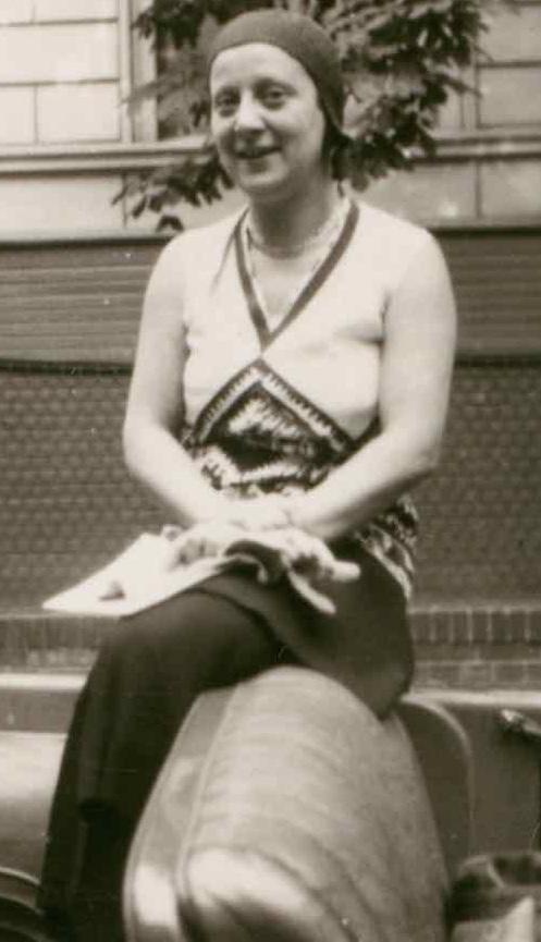 Friedl Dicker in offenem Cabriolet (Detail), Foto: Lily Hildebrandt, 1920er-Jahre.