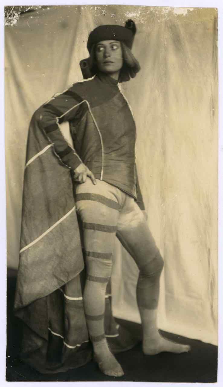Kostüm des Lorenzo (Kaufmann von Venedig) für Aufführung am Deutschen Theater Berlin, Entwurf: Friedl Dicker, Franz Singer, 1924–1925, Foto: Wanda von Debschitz-Kunowski.
