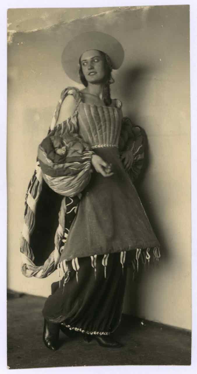 Kostüm der Porcia (Kaufmann von Venedig), präsentiert durch Sibylle Binder für Aufführung am Deutschen Theater Berlin, Entwurf: Friedl Dicker, Franz Singer, Foto: Wanda von Debschitz-Kunowski, 1924–1925.