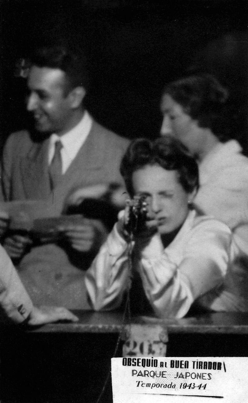 Selbstporträt, Foto: Ré Soupault, Buenos Aires, 31. Januar 1944 (im Hintergrund: Gisèle Freund und Jacques Rémy).