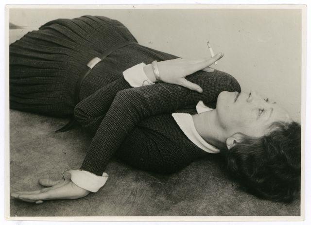 Self-portrait with cigarette, Photo: Grit Kallin-Fischer, around 1928.