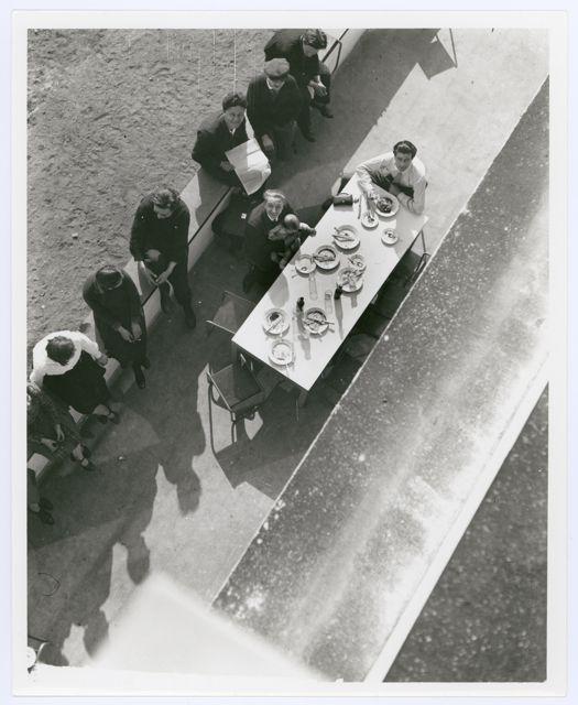 Blick auf die Terrasse der Bauhauskantine, Bauhaus Dessau, späterer Abzug, Foto: Irene Bayer, um 1927.