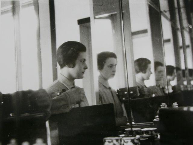 Selbstportrait vor dem Toilettenspiegel im Dessauer Meisterhaus, Foto: Ise Gropius, um 1926–1927.