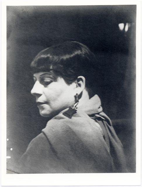 Porträt Florence Henri, rückblick kurz, Foto: Lucia Moholy, Dessau, 1927.