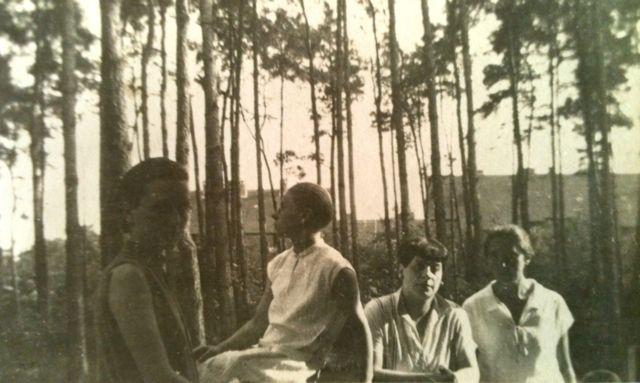 Florence Henri at Bauhaus in Dessau (left to right: El Muche, Lou Scheper-Berkenkamp, Florence Henri, Irene Bayer?), Photo: unknown, 1927.