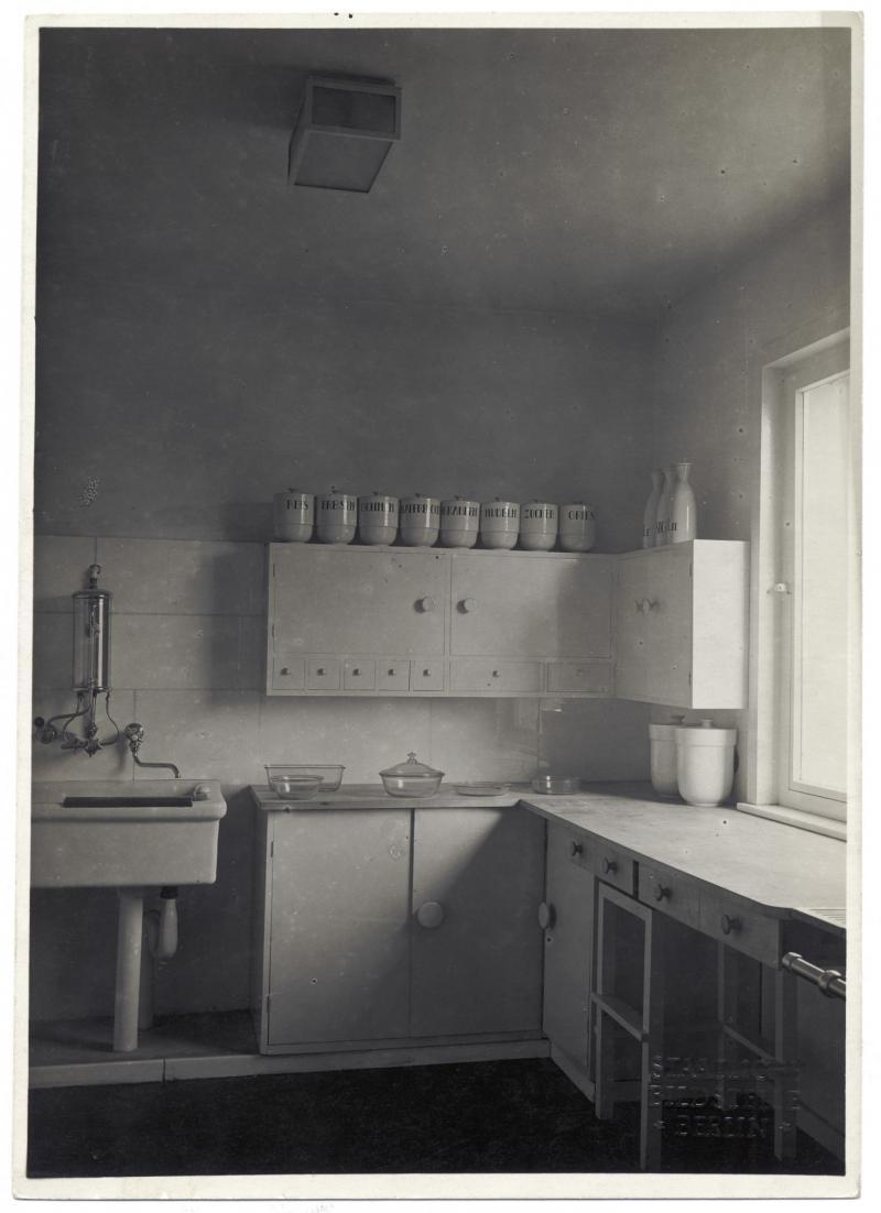 Küche im Haus am Horn, Weimar, Architektur: Georg Muche, Entwurf der Küche: Benita Koch-Otte, Küchengefäße: Theodor Bogler, Foto: Staatliche Bildstelle Berlin, 1923.
