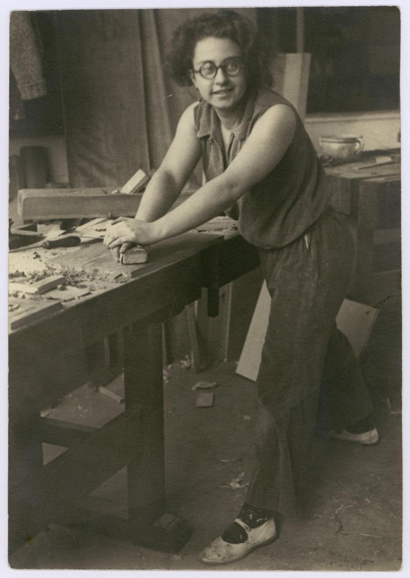 Wera Meyer-Waldeck in the joinery at the Bauhaus Dessau, Photo: Gertrud Arndt, 1930.