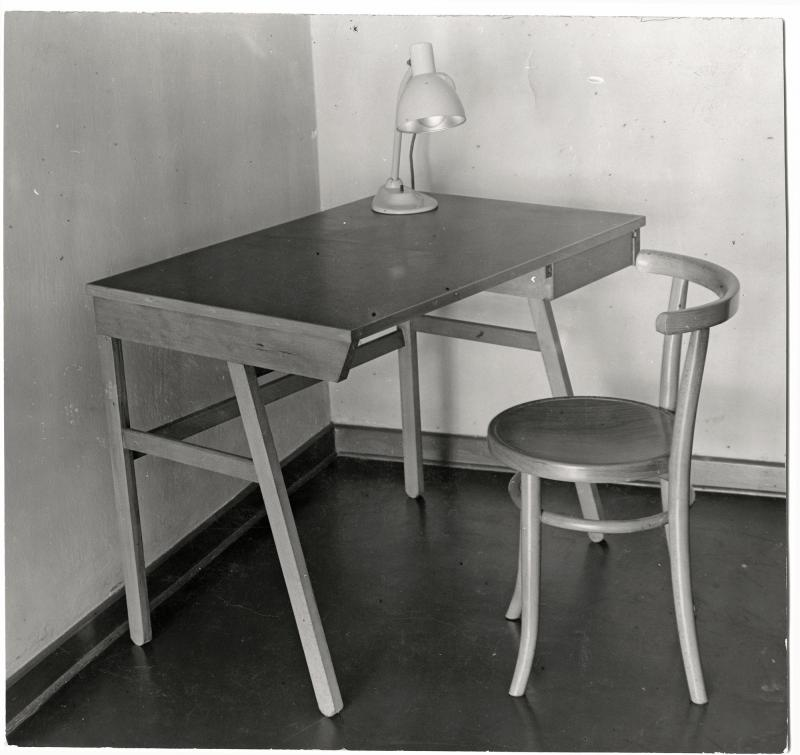 Desk, Work place in a residential placement at the Trade Union School of ADGB, Bernau, Desk: Wera Meyer-Waldeck, Lamp: Marianne Brandt, Chair: Thonet, Photo: unknown, 1930.