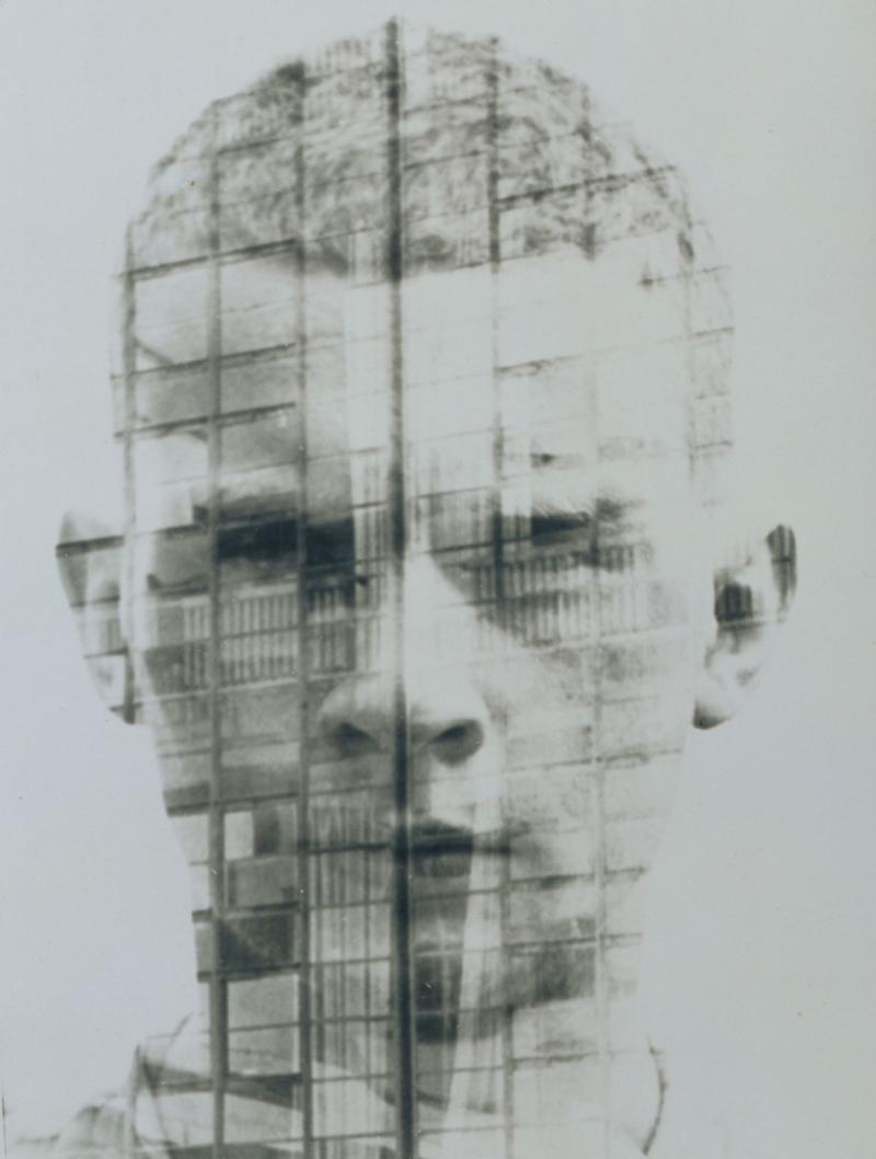 Selbstporträt mit Bauhaus-Fassade, Foto: Hajo Rose, 1930.