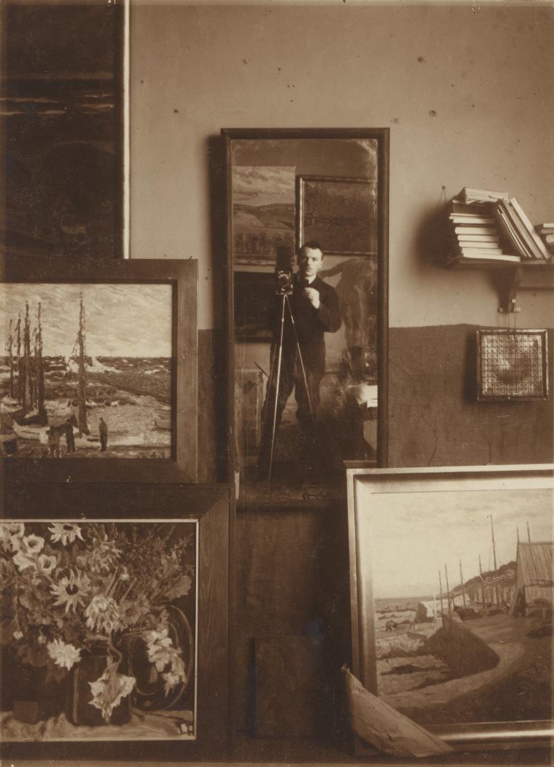 Self portrait in the mirror, Photo: Ebehard Schrammen, 1919–1920.
