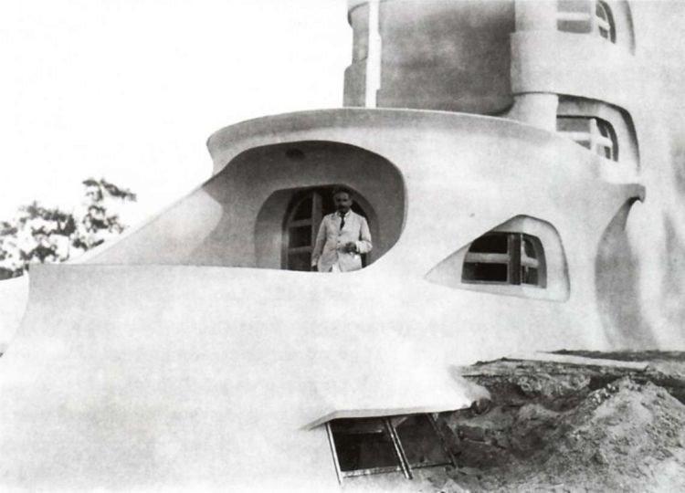 Albert Einstein 1921 vor dem Einsteinturm auf dem Telegrafenberg, Historische Aufnahme, Potsdam (Brandenburg), Architekt: Erich Mendelsohn, 1920-22.