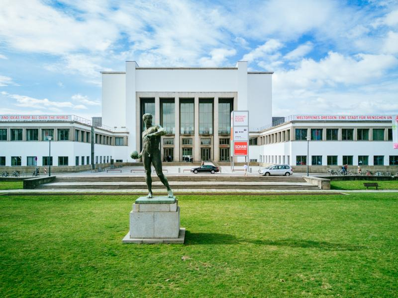 Deutsches Hygiene-Museum Dresden (DHMD), Museum forecourt with ball thrower, 2017, Dresden (Saxony), Architect: Wilhelm Kreis, 1927-30.