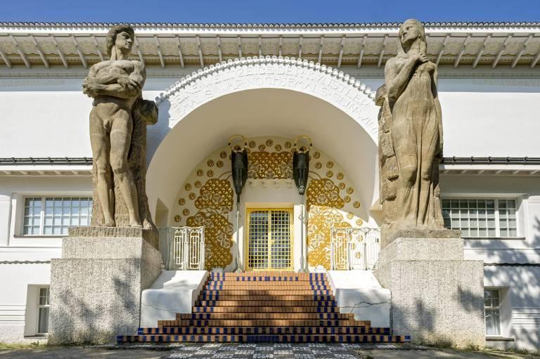 Mathildenhöhe, Monumentalstatuen von Ludwig Habich und Rudolf Bosselt am Eingangsportal des Ernst Ludwig Hauses von Josef Maria Olbrich, Darmstadt (Hessen).