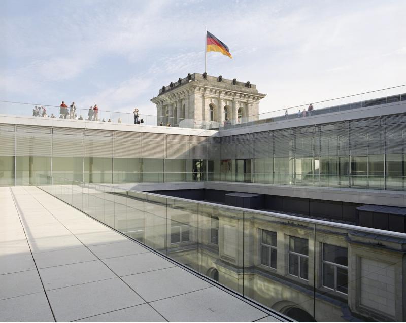 Reichstagsgebäude, Außenbereich der Fraktionsebene. Blick auf die Dachterasse mit Besuchern und einen Eckturm mit Fahne, Berlin.