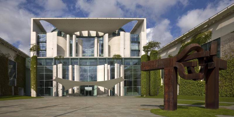 """Bundeskanzleramt, Ehrenhof und Skulptur """"Berlin"""" (rechts), Berlin, Architekten: Axel Schultes und Charlotte Frank, 1997–2001."""