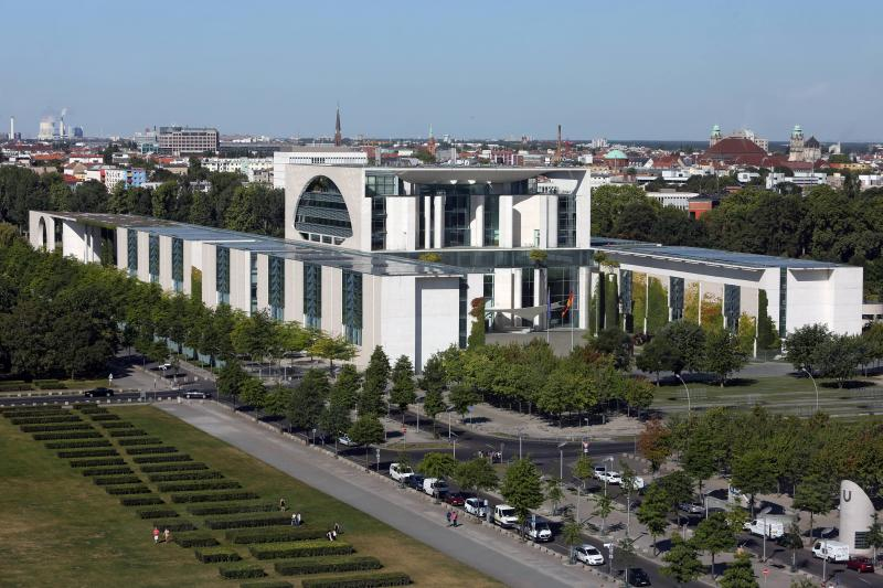Bundeskanzleramt, Blick vom Reichstagsgebäude, Berlin, Architekten: Axel Schultes und Charlotte Frank, 1997–2001.
