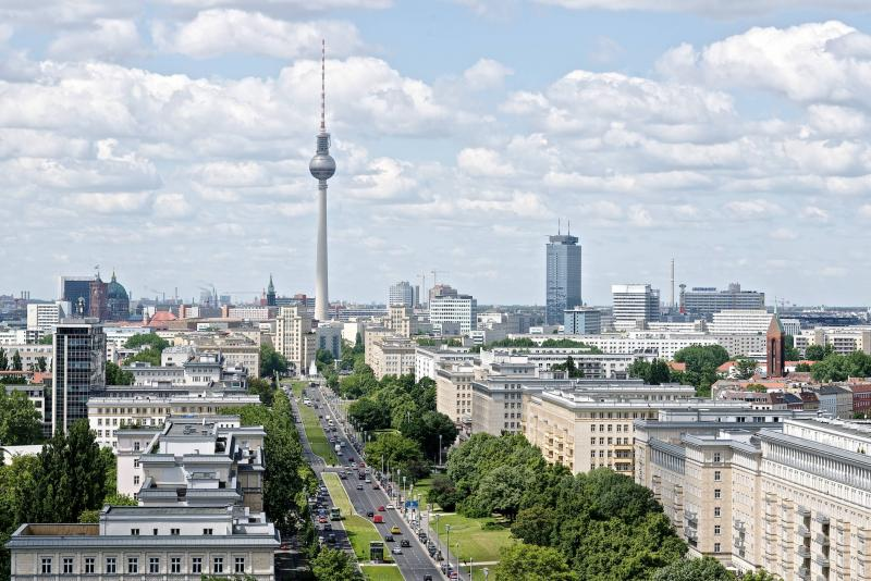 Karl-Marx-Allee, Stadtansicht Richtung Alexanderplatz über die Karl-Marx-Allee, Berlin.