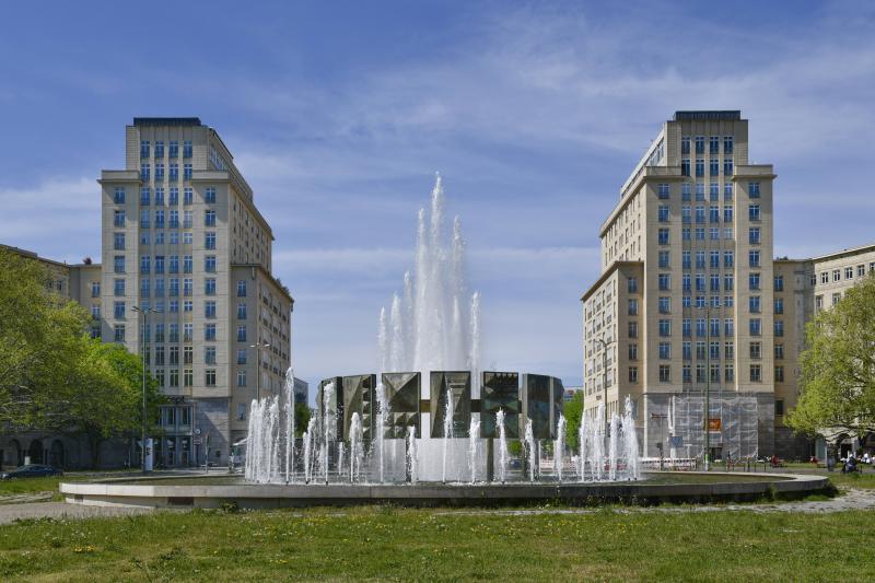 Karl-Marx-Allee, hier: Strausberger Platz, Berlin.