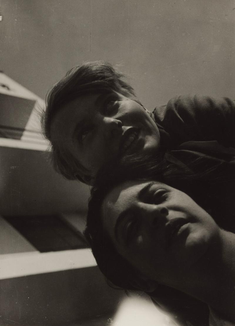 Karla Grosch (Weimar 1904-Tel Aviv 1933) und Else Rawitzer (Berlin 1908-KZ Auschwitz 1942) vor dem Bauhaus-Gebäude Dessau, Foto: T. Lux Feininger, 1928.
