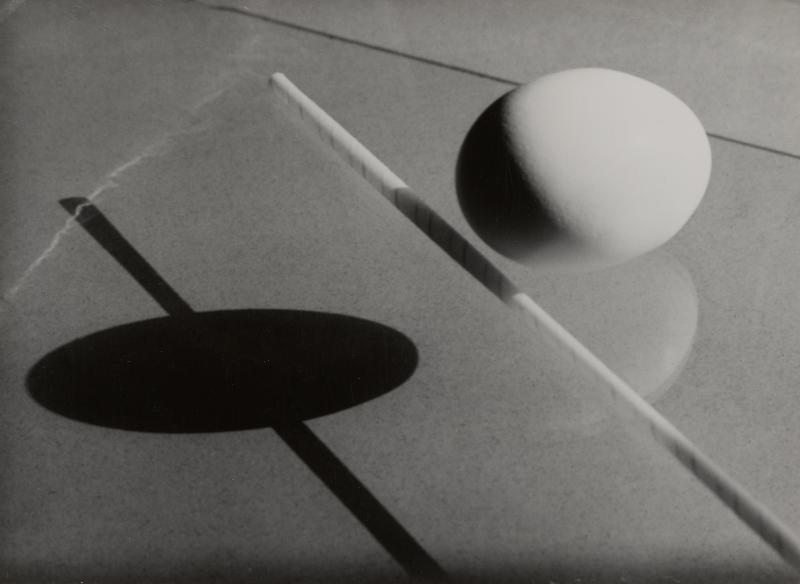 Hilde Horn, Ohne Titel [Ei und Strohhalm mit Schatten], Silbergelatine, ca. 1925-27.